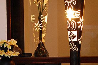 ハンドメイドの透かし彫りアイアンライト。フロアスタンドライト。