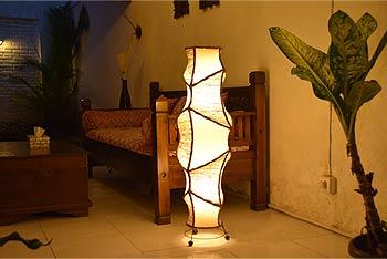 アジアン照明。サンダルウッドのスタンドライト。リビングや寝室の間接照明に