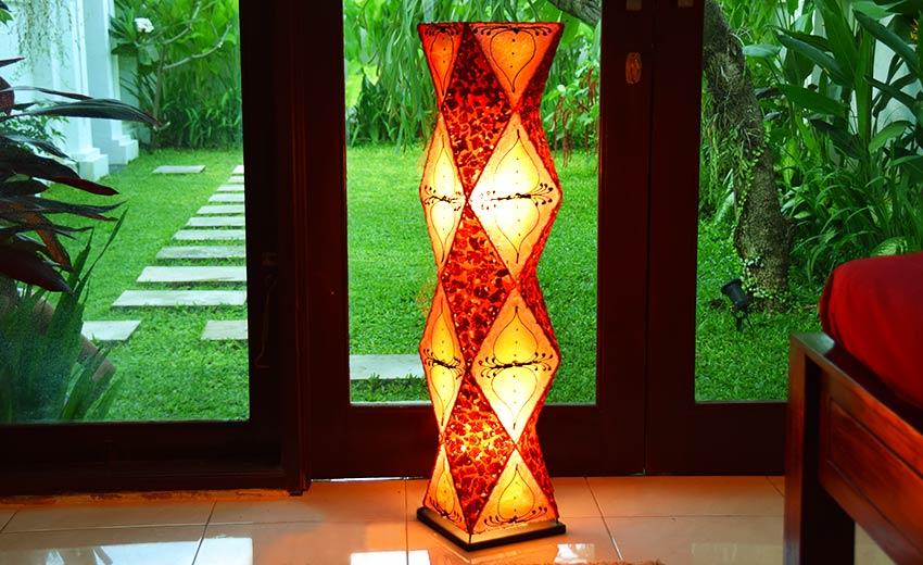エキゾチックな雰囲気のフロアスタンドライト。間接照明。