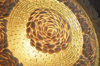 お花に形どられたシェルと綺麗なガラスのシェード。ウォールライト。