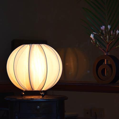 アジアン照明。南国の果実ピタンガのようなテーブルライト