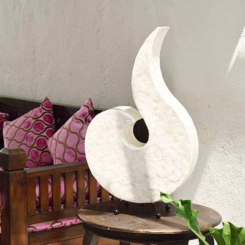 エスカルゴの形をしたシェル(貝殻)のシェード。間接照明。
