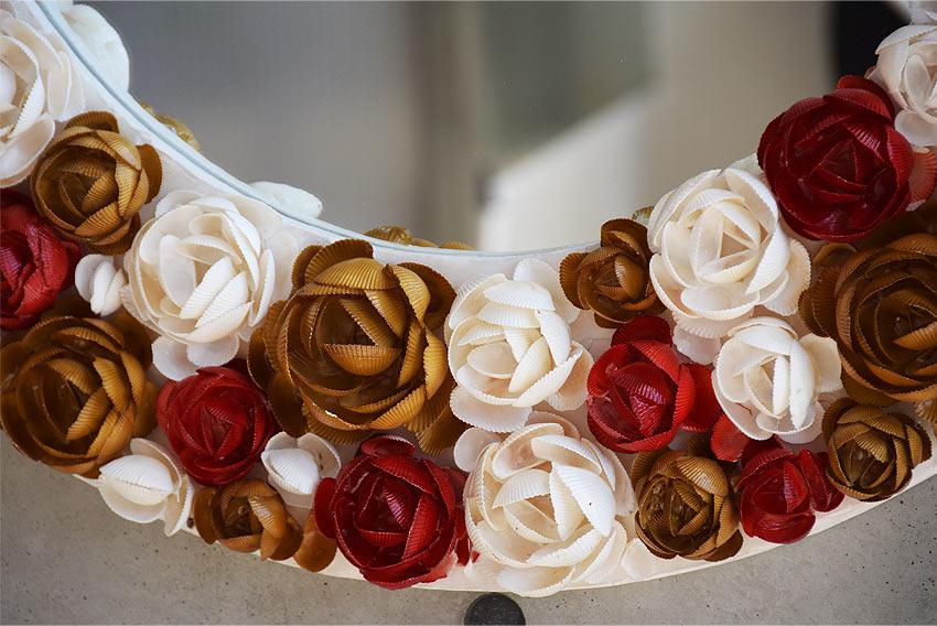 花のリースのような、シェルのバラのラウンドミラー